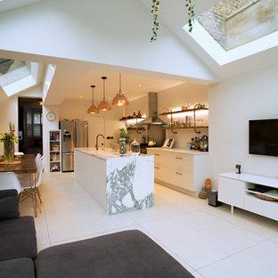 Idéer för att renovera ett avskilt, mellanstort funkis vit linjärt vitt kök, med en trippel diskho, släta luckor, vita skåp, marmorbänkskiva, rostfria vitvaror, en köksö och vitt golv