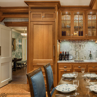 フィラデルフィアのヴィクトリアン調のおしゃれなキッチン (アンダーカウンターシンク、フラットパネル扉のキャビネット、中間色木目調キャビネット、珪岩カウンター、白いキッチンパネル、大理石の床、パネルと同色の調理設備、コルクフローリング、茶色い床) の写真