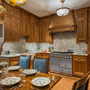 ニューヨークの中サイズのヴィクトリアン調のおしゃれなキッチン (エプロンフロントシンク、中間色木目調キャビネット、珪岩カウンター、白いキッチンパネル、大理石の床、茶色い床、落し込みパネル扉のキャビネット、カラー調理設備、コルクフローリング、アイランドなし) の写真