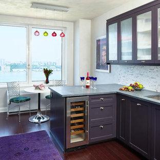 Inspiration för eklektiska kök, med en undermonterad diskho, lila skåp, flerfärgad stänkskydd, mörkt trägolv, en halv köksö och luckor med glaspanel