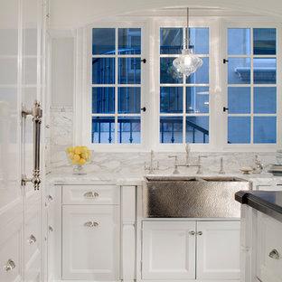 ロサンゼルスの中くらいのトラディショナルスタイルのおしゃれなキッチン (エプロンフロントシンク、落し込みパネル扉のキャビネット、白いキャビネット、大理石カウンター、グレーのキッチンパネル、モザイクタイルのキッチンパネル、カラー調理設備) の写真