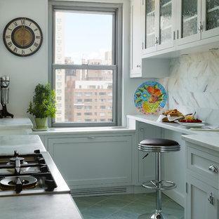 Cette photo montre une petite cuisine parallèle chic avec un placard à porte vitrée, des portes de placard blanches, un plan de travail en marbre, une crédence blanche, une crédence en carrelage de pierre, un sol en ardoise et aucun îlot.