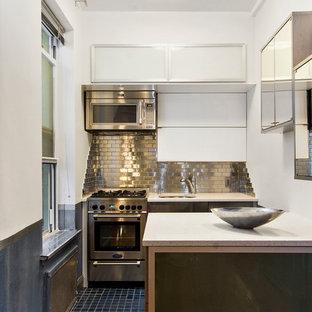 Modern inredning av ett litet linjärt kök med öppen planlösning, med en undermonterad diskho, luckor med glaspanel, skåp i rostfritt stål, bänkskiva i kvarts, stänkskydd med metallisk yta, stänkskydd i tunnelbanekakel, rostfria vitvaror, klinkergolv i keramik och en köksö