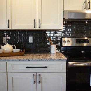 Idee per una cucina abitabile chic di medie dimensioni con lavello sottopiano, ante beige, top in rame, paraspruzzi nero, paraspruzzi con piastrelle in ceramica, elettrodomestici in acciaio inossidabile, parquet scuro e isola