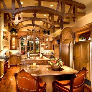 フェニックスの大きいトラディショナルスタイルのおしゃれなキッチン (ドロップインシンク、シェーカースタイル扉のキャビネット、中間色木目調キャビネット、御影石カウンター、ベージュキッチンパネル、磁器タイルのキッチンパネル、カラー調理設備、無垢フローリング) の写真