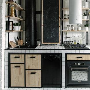 モスクワの小さいインダストリアルスタイルのおしゃれなキッチン (アンダーカウンターシンク、タイルカウンター、白い床) の写真