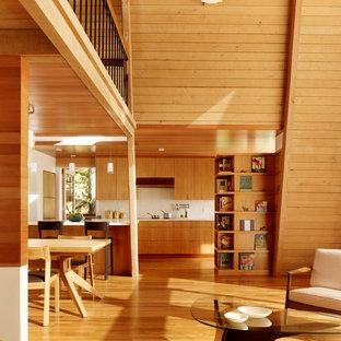 Imagen de cocina minimalista, abierta, con armarios con paneles lisos y puertas de armario de madera oscura