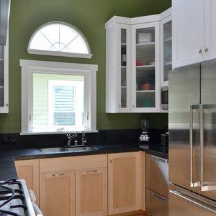 サンフランシスコの小さいエクレクティックスタイルのおしゃれなキッチン (アンダーカウンターシンク、シェーカースタイル扉のキャビネット、淡色木目調キャビネット、ラミネートカウンター、グレーのキッチンパネル、セメントタイルのキッチンパネル、シルバーの調理設備、淡色無垢フローリング、黄色い床、黒いキッチンカウンター) の写真