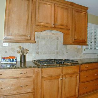 アトランタの小さいミッドセンチュリースタイルのおしゃれなキッチン (エプロンフロントシンク、レイズドパネル扉のキャビネット、茶色いキャビネット、大理石カウンター、ベージュキッチンパネル、テラコッタタイルのキッチンパネル、シルバーの調理設備の、淡色無垢フローリング、アイランドなし、茶色い床、緑のキッチンカウンター) の写真