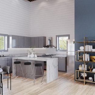 バンクーバーの大きいコンテンポラリースタイルのおしゃれなキッチン (ドロップインシンク、フラットパネル扉のキャビネット、グレーのキャビネット、クオーツストーンカウンター、白いキッチンパネル、淡色無垢フローリング、ベージュの床、黄色いキッチンカウンター) の写真