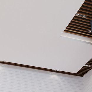 バンクーバーの広いコンテンポラリースタイルのおしゃれなキッチン (ドロップインシンク、フラットパネル扉のキャビネット、グレーのキャビネット、クオーツストーンカウンター、白いキッチンパネル、淡色無垢フローリング、ベージュの床、黄色いキッチンカウンター) の写真
