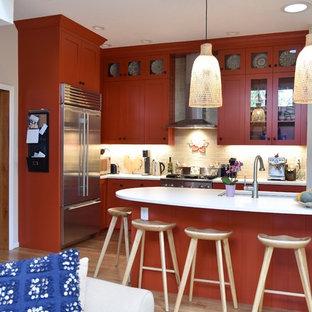 デンバーの中くらいのトランジショナルスタイルのおしゃれなキッチン (アンダーカウンターシンク、シェーカースタイル扉のキャビネット、赤いキャビネット、ソープストーンカウンター、ベージュキッチンパネル、レンガのキッチンパネル、シルバーの調理設備、淡色無垢フローリング、茶色い床) の写真
