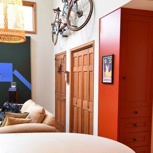デンバーの中サイズのトランジショナルスタイルのおしゃれなキッチン (アンダーカウンターシンク、シェーカースタイル扉のキャビネット、赤いキャビネット、ソープストーンカウンター、ベージュキッチンパネル、レンガのキッチンパネル、シルバーの調理設備の、淡色無垢フローリング、茶色い床) の写真
