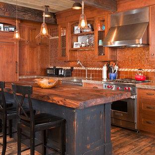Свежая идея для дизайна: параллельная кухня в стиле рустика с раковиной в стиле кантри, фасадами в стиле шейкер, фасадами цвета дерева среднего тона, столешницей из дерева, фартуком из плитки мозаики и техникой под мебельный фасад - отличное фото интерьера