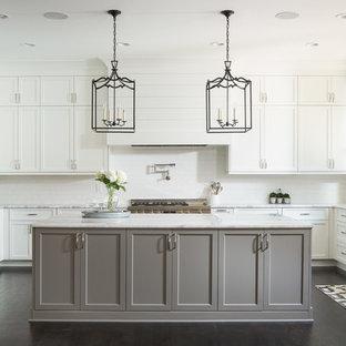 アトランタの広いトランジショナルスタイルのおしゃれなキッチン (アンダーカウンターシンク、シェーカースタイル扉のキャビネット、白いキャビネット、大理石カウンター、白いキッチンパネル、セラミックタイルのキッチンパネル、シルバーの調理設備、濃色無垢フローリング、黒い床) の写真