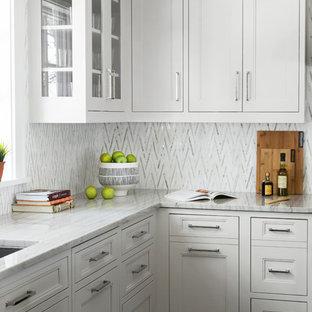 ニューヨークの大きいトランジショナルスタイルのおしゃれなキッチン (珪岩カウンター、モザイクタイルのキッチンパネル、シルバーの調理設備の、濃色無垢フローリング、茶色い床、アンダーカウンターシンク、落し込みパネル扉のキャビネット、白いキャビネット、白いキッチンパネル) の写真