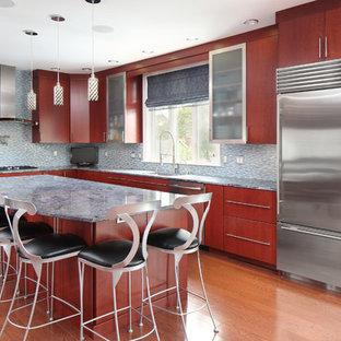 Geräumige Moderne Küche in L-Form mit Unterbauwaschbecken, flächenbündigen Schrankfronten, hellbraunen Holzschränken, Küchenrückwand in Grau, Rückwand aus Stäbchenfliesen, Küchengeräten aus Edelstahl, braunem Holzboden, Kücheninsel und braunem Boden in Boston