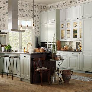 Неиссякаемый источник вдохновения для домашнего уюта: большая параллельная кухня в стиле современная классика с обеденным столом, зелеными фасадами, белым фартуком, фартуком из керамогранитной плитки, паркетным полом среднего тона, островом и фасадами с выступающей филенкой