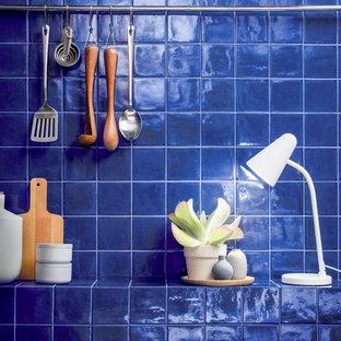 Mittelgroße Tropische Küche mit Arbeitsplatte aus Fliesen, Küchenrückwand in Blau, Rückwand aus Keramikfliesen und blauer Arbeitsplatte in San Francisco