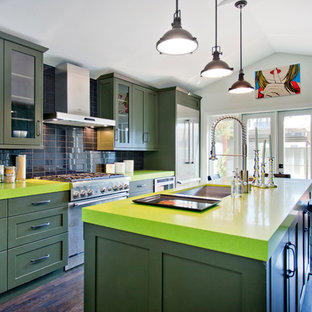 ロサンゼルスのコンテンポラリースタイルのおしゃれなキッチン (シングルシンク、シェーカースタイル扉のキャビネット、緑のキャビネット、黒いキッチンパネル、シルバーの調理設備の、緑のキッチンカウンター) の写真