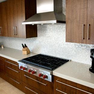 Idee per una cucina minimalista di medie dimensioni con lavello sottopiano, ante lisce, ante in legno bruno, top in quarzite, paraspruzzi bianco, paraspruzzi con piastrelle di metallo, elettrodomestici in acciaio inossidabile, pavimento in pietra calcarea, isola e pavimento beige