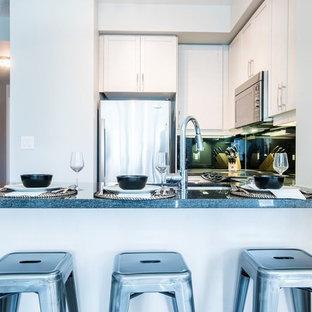 トロントの中くらいのラスティックスタイルのおしゃれなキッチン (アンダーカウンターシンク、シェーカースタイル扉のキャビネット、珪岩カウンター、黒いキッチンパネル、石スラブのキッチンパネル、シルバーの調理設備、リノリウムの床、茶色い床、黒いキッチンカウンター) の写真