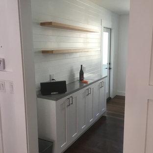 サンフランシスコの小さいエクレクティックスタイルのおしゃれなII型キッチン (アンダーカウンターシンク、シェーカースタイル扉のキャビネット、白いキャビネット、クオーツストーンカウンター、大理石のキッチンパネル、シルバーの調理設備、無垢フローリング、アイランドなし) の写真