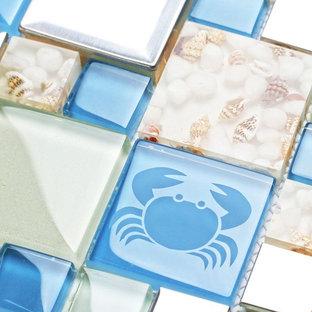 Imagen de cocina comedor costera, pequeña, con armarios abiertos, encimera de vidrio, salpicadero blanco, salpicadero de azulejos de vidrio, electrodomésticos de colores y una isla