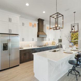 ジャクソンビルの大きいインダストリアルスタイルのおしゃれなキッチン (シングルシンク、シェーカースタイル扉のキャビネット、白いキャビネット、クオーツストーンカウンター、黒いキッチンパネル、磁器タイルのキッチンパネル、シルバーの調理設備、クッションフロア、グレーの床、白いキッチンカウンター) の写真