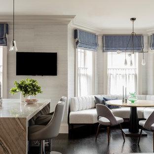 Große Klassische Wohnküche in L-Form mit Unterbauwaschbecken, Kassettenfronten, beigen Schränken, Marmor-Arbeitsplatte, Küchenrückwand in Grau, Rückwand aus Glasfliesen, Küchengeräten aus Edelstahl, dunklem Holzboden, Kücheninsel, braunem Boden und weißer Arbeitsplatte in Boston