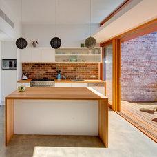 Modern Kitchen by Angus Mackenzie Architect