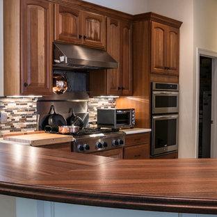 Große Klassische Wohnküche in U-Form mit Landhausspüle, profilierten Schrankfronten, dunklen Holzschränken, Arbeitsplatte aus Holz, bunter Rückwand, Rückwand aus Stäbchenfliesen, Küchengeräten aus Edelstahl, Schieferboden und Kücheninsel in Washington, D.C.