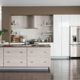 Idéer för ett stort modernt kök, med en nedsänkt diskho, släta luckor, vita skåp, bänkskiva i betong, grått stänkskydd, rostfria vitvaror, mörkt trägolv, en köksö och brunt golv