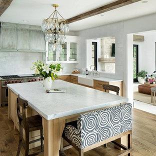 Inspiration för ett maritimt vit vitt l-kök, med en rustik diskho, luckor med glaspanel, vita skåp, vitt stänkskydd, stänkskydd i tunnelbanekakel, rostfria vitvaror, mellanmörkt trägolv och en köksö