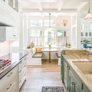 Diseño de cocina comedor de galera, clásica renovada, de tamaño medio, con fregadero bajoencimera, armarios con paneles con relieve, puertas de armario beige, suelo de madera clara, una isla, suelo beige y encimeras grises