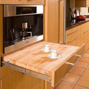Foto på ett mellanstort funkis kök, med släta luckor och skåp i ljust trä