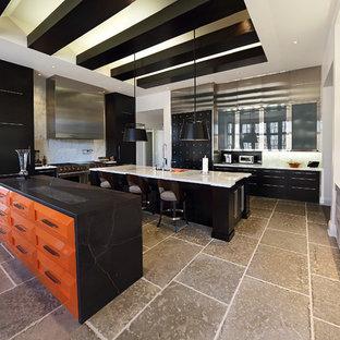 Geräumige Moderne Wohnküche in U-Form mit Unterbauwaschbecken, flächenbündigen Schrankfronten, orangefarbenen Schränken, Granit-Arbeitsplatte, Küchenrückwand in Weiß, Rückwand aus Stein, Küchengeräten aus Edelstahl, Keramikboden und Kücheninsel in Baltimore