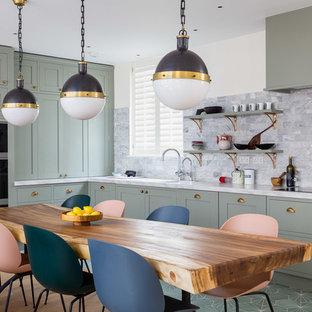 Klassische Wohnküche ohne Insel in L-Form mit Unterbauwaschbecken, flächenbündigen Schrankfronten, grünen Schränken, grünem Boden und weißer Arbeitsplatte in London
