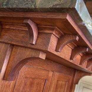 Idéer för att renovera ett stort amerikanskt kök, med en rustik diskho, luckor med upphöjd panel, vita skåp, marmorbänkskiva, brunt stänkskydd, stänkskydd i tunnelbanekakel, rostfria vitvaror, klinkergolv i terrakotta, en köksö och brunt golv