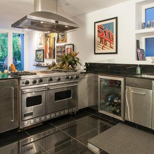 Cette photo montre une cuisine moderne avec un électroménager en acier inoxydable.