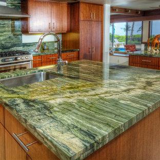 Пример оригинального дизайна: большая отдельная, п-образная кухня в стиле модернизм с врезной раковиной, плоскими фасадами, фасадами цвета дерева среднего тона, столешницей из оникса, зеленым фартуком, фартуком из каменной плиты, техникой из нержавеющей стали, полом из керамической плитки, островом, бежевым полом и зеленой столешницей