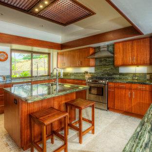 ハワイの広いモダンスタイルのおしゃれなキッチン (アンダーカウンターシンク、フラットパネル扉のキャビネット、中間色木目調キャビネット、オニキスカウンター、緑のキッチンパネル、石スラブのキッチンパネル、シルバーの調理設備、セラミックタイルの床、ベージュの床、緑のキッチンカウンター) の写真