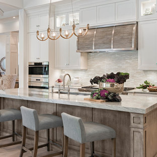На фото: кухни в стиле современная классика с врезной раковиной, фасадами в стиле шейкер, белыми фасадами, бежевым фартуком, фартуком из удлиненной плитки и светлым паркетным полом