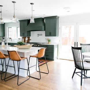デンバーの中くらいのトランジショナルスタイルのおしゃれなキッチン (エプロンフロントシンク、シェーカースタイル扉のキャビネット、緑のキャビネット、クオーツストーンカウンター、白いキッチンパネル、レンガのキッチンパネル、シルバーの調理設備、無垢フローリング、茶色い床、白いキッチンカウンター) の写真