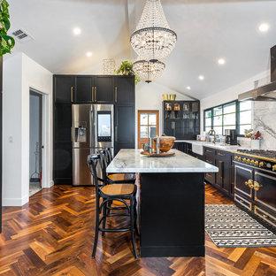 Mittelgroße Moderne Wohnküche in L-Form mit Unterbauwaschbecken, Schrankfronten im Shaker-Stil, schwarzen Schränken, Küchenrückwand in Grau, Kücheninsel, braunem Boden, grauer Arbeitsplatte, Marmor-Arbeitsplatte, Rückwand aus Marmor, bunten Elektrogeräten und Linoleum in Los Angeles
