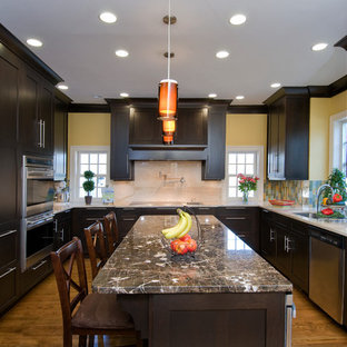Idee per una cucina a U minimal con elettrodomestici in acciaio inossidabile