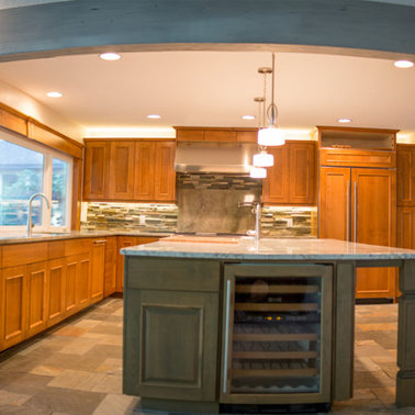 Example of a large trendy l-shaped slate floor eat-in kitchen design in Other with an undermount sink, raised-panel cabinets, medium tone wood cabinets, granite countertops, multicolored backsplash, stainless steel appliances and an island