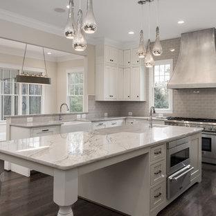 ワシントンD.C.の広いコンテンポラリースタイルのおしゃれなキッチン (ドロップインシンク、フラットパネル扉のキャビネット、白いキャビネット、御影石カウンター、グレーのキッチンパネル、サブウェイタイルのキッチンパネル、シルバーの調理設備、濃色無垢フローリング) の写真