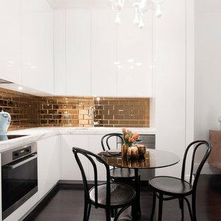Новый формат декора квартиры: кухня в современном стиле с обеденным столом, плоскими фасадами, белыми фасадами, фартуком цвета металлик, фартуком из плитки кабанчик и темным паркетным полом