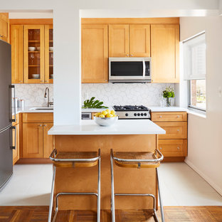 Kleine Mid-Century Wohnküche in L-Form mit Unterbauwaschbecken, Schrankfronten im Shaker-Stil, orangefarbenen Schränken, Quarzit-Arbeitsplatte, Küchenrückwand in Weiß, Rückwand aus Keramikfliesen, Küchengeräten aus Edelstahl, Porzellan-Bodenfliesen und Kücheninsel in New York